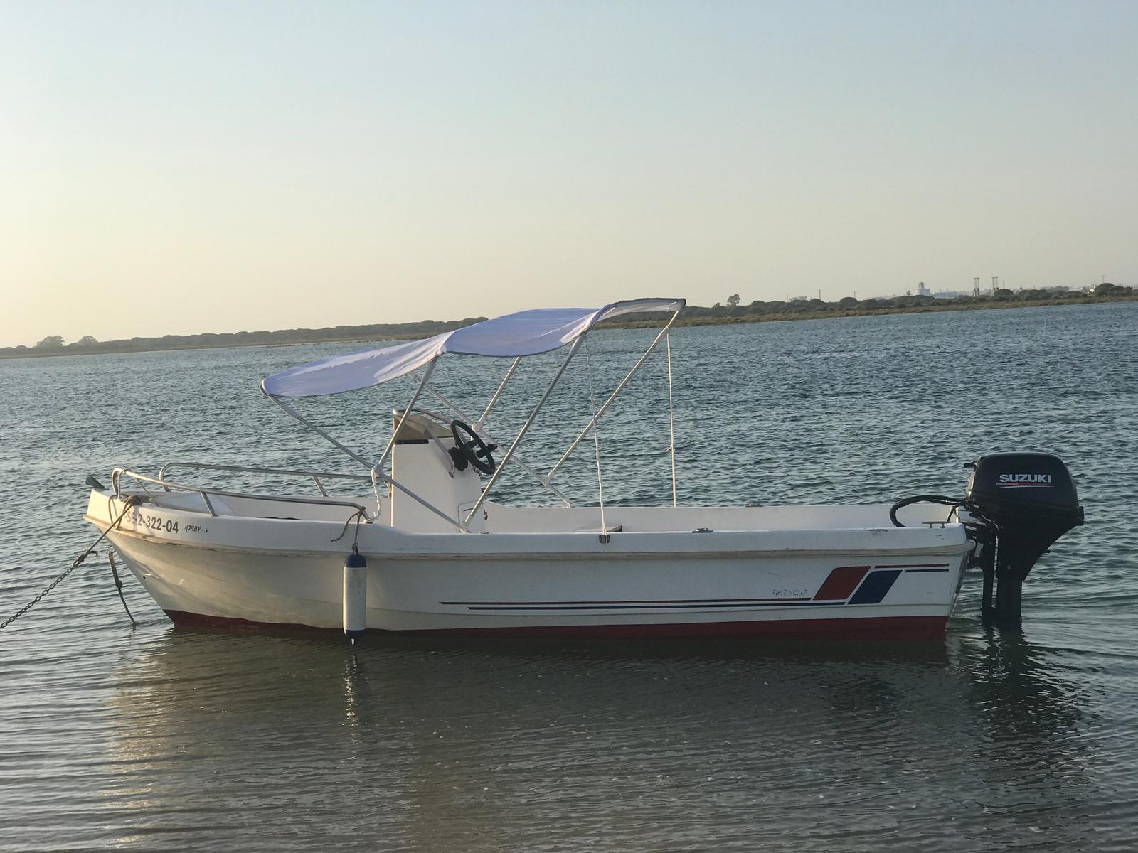 barco sin patrón en el agua