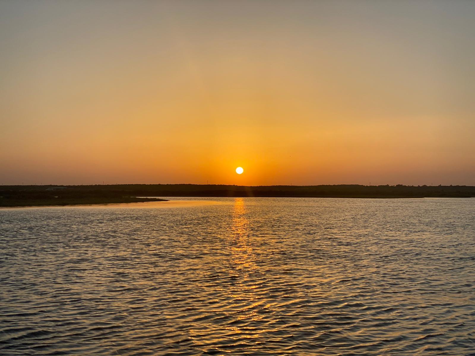 la caída del sol en las marismas